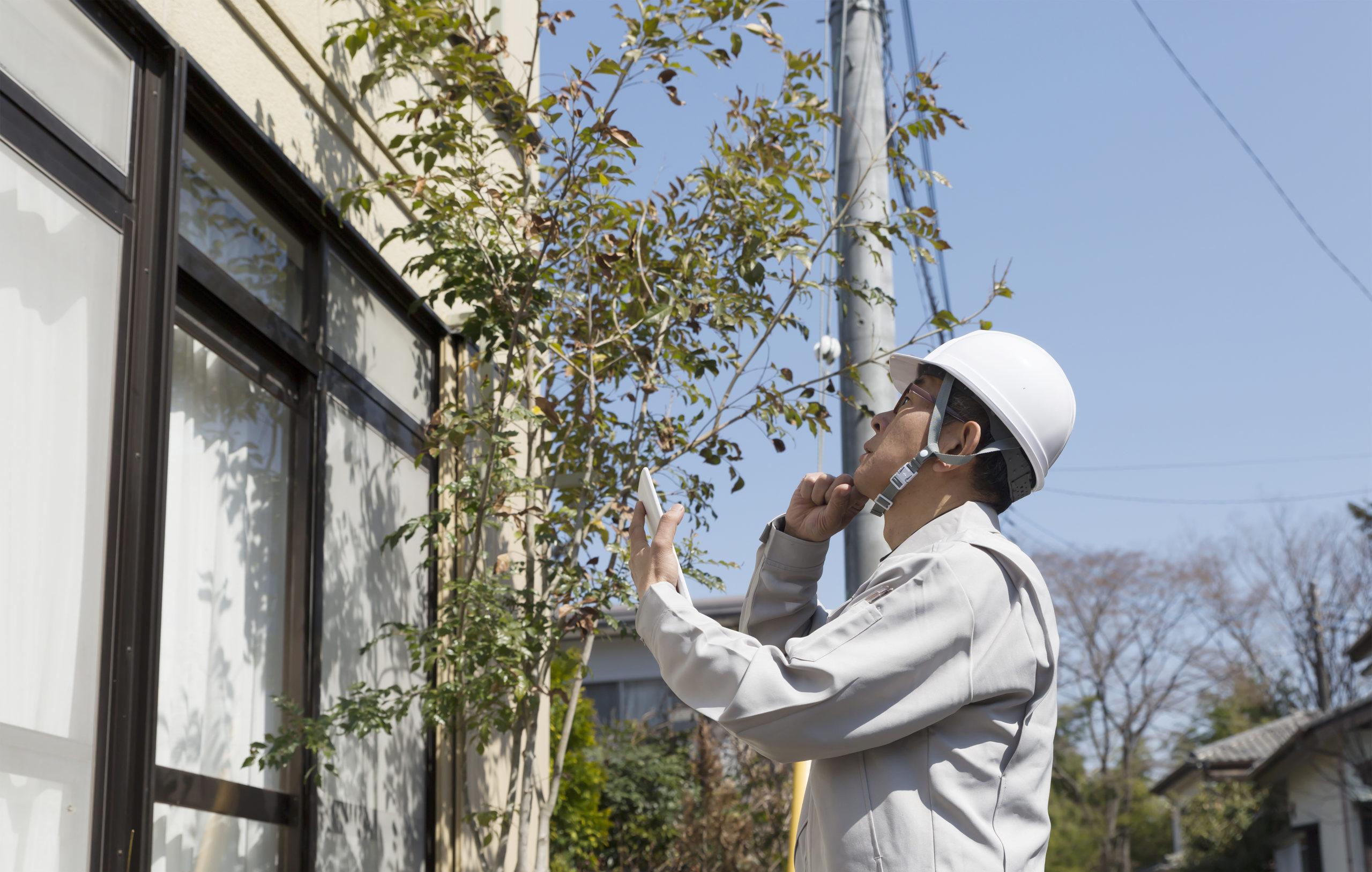 アパート・リフォーム・建て替え・建物を見るビジネスマン